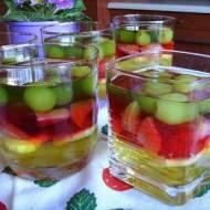 Kolorowy deser galaretkowo-owocowy. Galaretki z owocami.