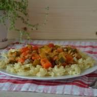 Makaron w sosie mięsno-warzywnym