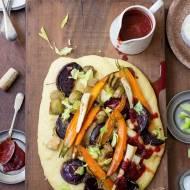 Serowa polenta z pieczonymi warzywami i sosem