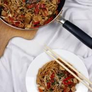 Makaron chow mein z warzywami i tofu