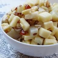 Sałatka selerowo-jabłkowa z wędzonym serem korycińskim i orzechami