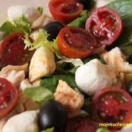 Sałatka z kurczakiem, mozzarellą i pomidorami