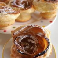 """Babeczki """"Jabłkowe róże"""" z ciasta francuskiego"""