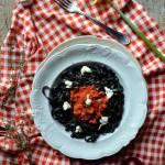Czarny makaron fettuccine z soczewicą, pomidorami, mozzarellą i  świeżym tymiankiem