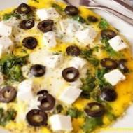 Omlet ze szpinakiem, fetą i oliwkami