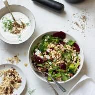 Sałatka z moghrabieh (izraelskim kuskusem), warzywami, fetą i kuminowym jogurtem