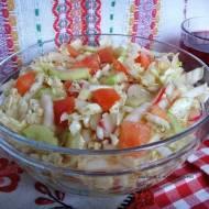Kolorowa surówka obiadowa z kapusty pekińskiej.