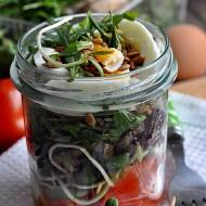 Sałatka w słoiku do pracy . Salad in a jar