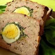 Klops z jajkiem i szpinakiem