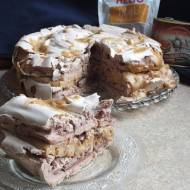 Tort bezowy z masą orzechową, daktylami i płatkami migdałowymi