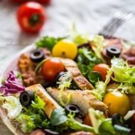 Sałatka z grillowanym kurczakiem, boczkiem, oliwkami i pomidorkami