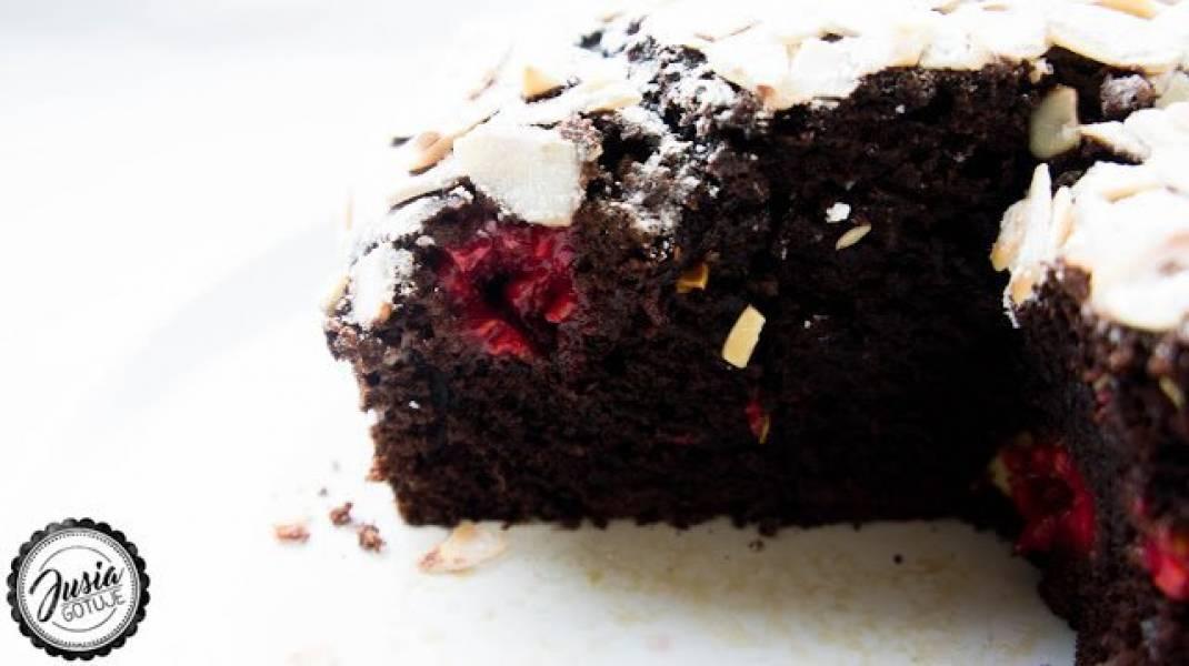 Czekoladowe ciasto z malinami.