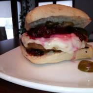 Burger wołowy z burakiem, serem kozim i karmelizowaną cebulą