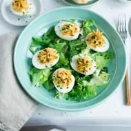 Jajka faszerowane z boczkiem i szczypiorkiem