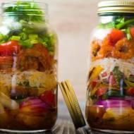 Sałatka w słoiku z krewetkami i makaronem shiritaki oraz  grillowane warzywa.