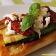 Bruschetta z cukinią, mozzarellą i suszonymi pomidorami