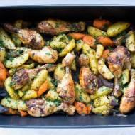 Pałki kurczaka pieczone z warzywami.