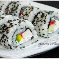 Sushi uramaki z czarnym sezamem