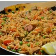 Paella z warzywami, indykiem i chorizo