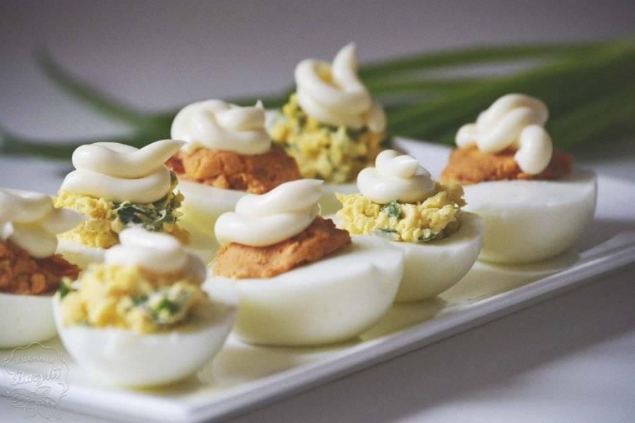 Jajka faszerowane na dwa sposoby – ze szczypiorkiem oraz suszonymi pomidorami