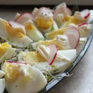 Półmisek jaj z rzodkiewką na kiełkach brokułowych