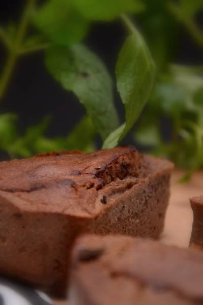 puszyste ciasto: orzeźwiająca mięta z karobem
