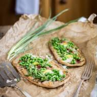 """Pizza """"primavera"""" na domowym pełnoziarnistym płaskim chlebie"""