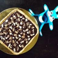 Mazurek czekoladowo chałwowy z orzechami nerkowca i batonem