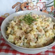Sałatka jajeczna z kurczakiem wędzonym w sosie majonezowo chrzanowym.