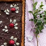 Mazurek migdałowy z malinami i czekoladą