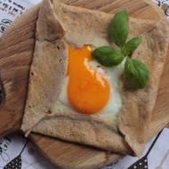 Postne naleśniki razowe z jajkiem i mozzarellą
