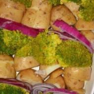 Zapiekanka z młodych ziemniaków z brokułem , czerwoną cebulą i sosem śmietanowo-koperkowym