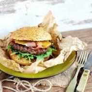 Burger z szynką szwarcwaldzką i sosem miodowo-musztardowym