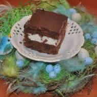 ciemne ciasto z wisniami i bita smietana