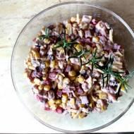Sałatka z szynką i śliwkami marynowanymi