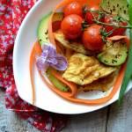 Omlet z pomidorkami, marchwią, awokado oraz czarnuszką.