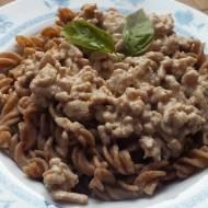 Makaron razowy z sosem śmietanowo-mięsnym