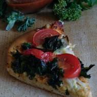Pizza z jarmużem, pomidorami i serem camembert