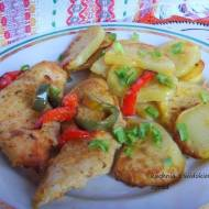 Piersi z kurczaka pieczone z ziemniakami i papryką. Szybkie danie 2w1 z piekarnika.