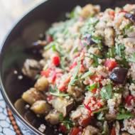 Sałatka z komosą ryżową i pieczonym bakłażanem
