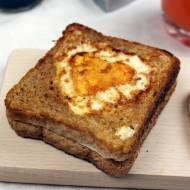 Śniadanie od serca, czyli tosty z jajkiem, bazylia i serem