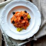 Pappardelle z marchwi z czarną oliwką, słonecznikiem , tymiankiem.