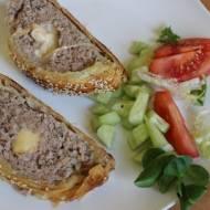Mięso mielone zapiekane w cieście francuskim