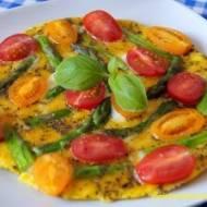 Omlet ze szparagami i pomidorami
