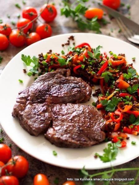 Stek wołowy z antrykotu z czarną soczewicą i warzywami