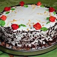 Tort śmietankowy z czekoladą i różami