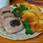 Polędwiczka wieprzowa faszerowana suszonymi borowikami i zawinięta w szynkę parmeńską.