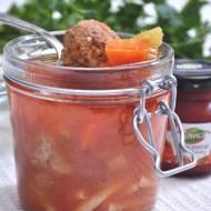 Zupa pomidorowa w słoiku na wynos z pulpetami i z parmezanem