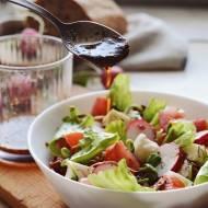 PROJEKT ŚNIADANIE: Chrupiąca sałatka z mozzarellą i ziołowym dressingiem balsamicznym