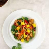 Sałatka kurczak-mango z kaszą jaglaną i sosem fistaszkowym